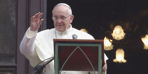 No balcão do Palácio Arquiepiscopal São Joaquim, Papa Francisco acolhe os jovens para oração do Angelus