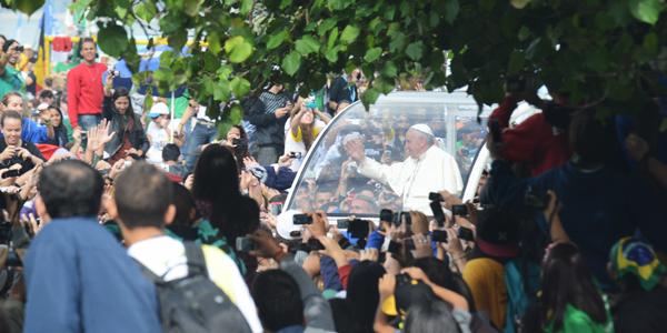 Jovens queriam ver Papa Francisco  passando de papamóvel - Wesley Almeida/ CN
