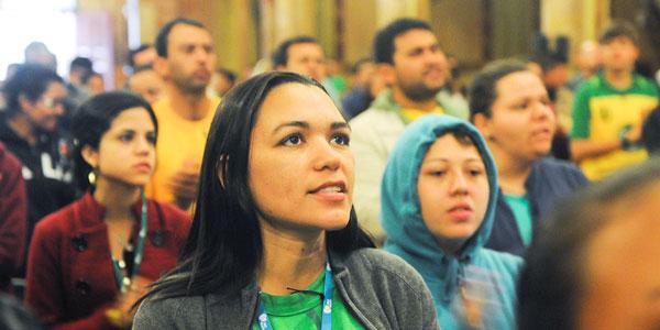 Jovens participam de catequese em língua portuguesa (Foto: Wesley Almeida)