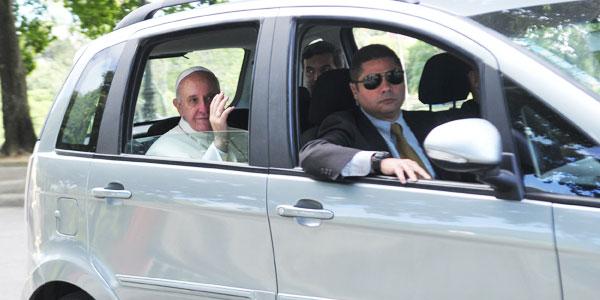 Papa Francisco deixa os confessionários em direção ao Palácio São Joaquim