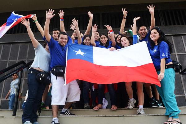 Jovens chilenos na Catedral de São Sebastião-RJ (Foto: Robson Siqueira/CN)