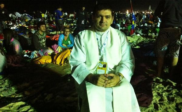 Padre Marcelo, sacerdote argentino se posicionou na praia de Copacabana para atender confissões (Foto: Daniel Machado)