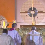 Adoração ao Santíssimo Sacramento emociona jovens na Vigília