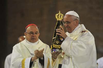 Papa foi presenteado com réplica da imagem de Nossa Senhora Aparecida