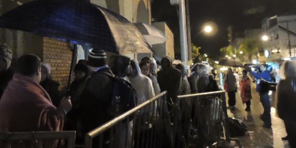 Peregrinos esperavam na fila para conseguirem acompanhar a celebração Eucarística no interior do basílica. Foto: Alessandra Borges / CN