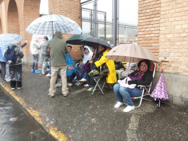 Peregrinos fazem fila em frente ao Santuário Nacional