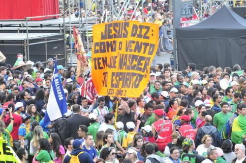 A cada hora, aumenta o número de jovens em Copacabana
