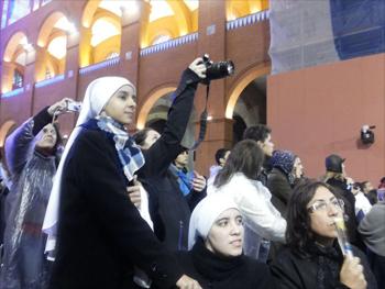 Religiosas registram final da celebração com o Santo Padre, em Aparecida.