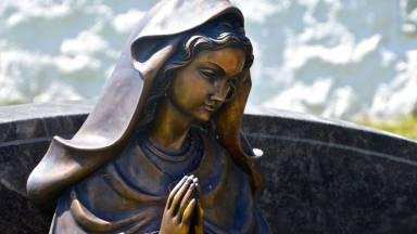 Maria nos desafia sermos santos